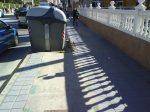 Carril bici con hueco para contenedor, y poco espacio para peatones