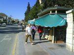 Sin espacio para peatones, ciclistas, kiosco y sus clientes