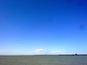 Precioso azul del cielo desde el barco de Jaime