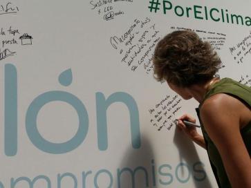 La ministra Tejerina, firmando su compromiso #PorElClima