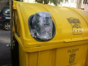 Pequeños agujeros en los contenedores para el que recicla de verdad.