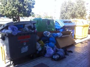 Basura mal separada en Málaga, y los contenedores de reciclado vacíos, justo al lado.