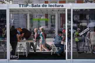 """21/05/2016. Puerta del Sol, Madrid, España. Greenpeace y la Campaña No al TTIP instalan una """"sala de lectura"""" en la que se se podrán consultar todos los papeles filtrados del TTIP, el Tratado Transatlántico de Comercio e Inversiones entre EEUU y la UE. También podrán informarse del CETA, el tratado de libre comercio entre Canadá y la Unión Europea. La """"sala de lectura"""" servirá así para que los ciudadanos y organizaciones sociales, sindicales y políticas puedan consultar los documentos con apertura y transparencia, no como en las salas oscuras de la Unión Europea. ©Greenpeace/Pedro Armestre ©Greenpeace Handout/Pedro ARMESTRE - No sales - No Archives - Editorial Use Only - Free use only for 14 days after release. Photo provided by GREENPEACE, distributed handout photo to be used only to illustrate news reporting or commentary on the facts or events depicted in this image."""