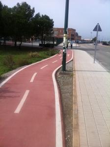 Málaga: El carril bici es desviado por una farola que podría haberse puesto en otro lugar.