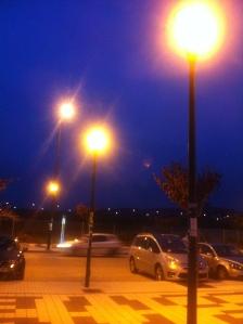 Málaga: Despilfarro por iluminación excesiva, con cuatro filas de farolas en una calle de dos carriles y de poco tránsito.