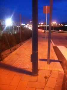Málaga: Farolas mal situadas y señales de tráfico que estorban el tránsito de peatones (al menos la señal podría ponerse sobre la farola para ahorrar costes y estorbos).