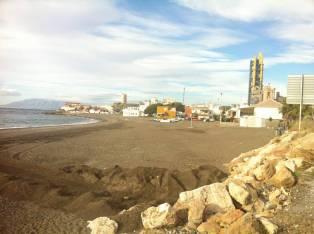 La cementera de Málaga, el mayor foco de contaminación de la provincia, está muy cerca de la playa y de las viviendas.