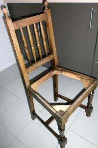 La palabra cátedra deriva del latín y nombra el asiento en que se sienta el obispo, o alguien ilustre para divulgar su supuesta sabiduría. Algunas cátedras son tan inútiles como algunas sillas.